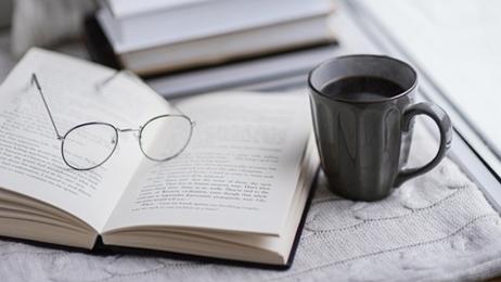อ่านหนังสือ พร้อมดื่มกาแฟ