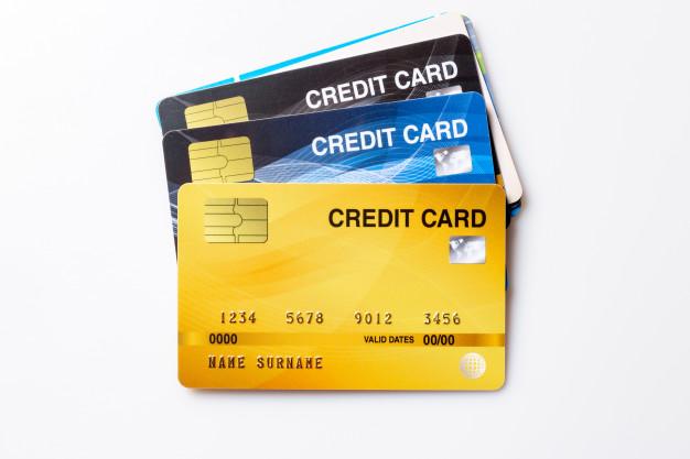 บัตรเครดิตหลายใบวางเรียงกัน