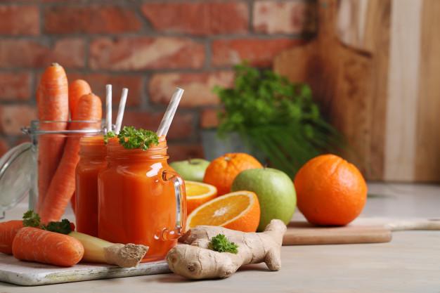 เครื่องดื่มประเภทน้ำแครอทผสมขิง แอปเปิ้ล และส้ม