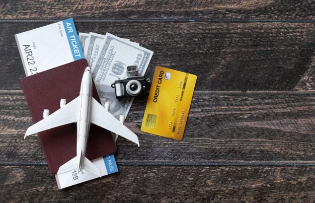 หนังสือเดินทาง ตั๋วเครื่องบิน เงินสด และบัตรเครดิตสำหรับท่องเที่ยว