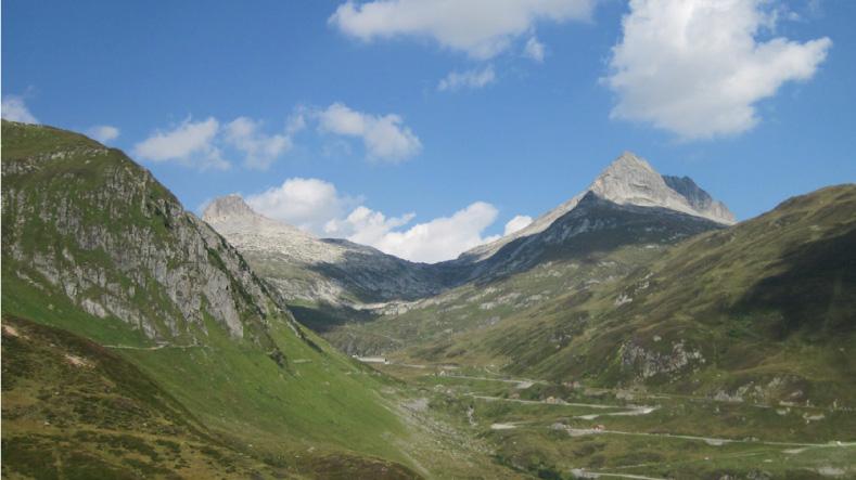 นั่งรถไฟเที่ยวสวิตเซอร์แลนด์ ชมวิวเทือกเขาแอลป์อันสลับซับซ้อน ไปกับขบวนรถไฟสีแดง